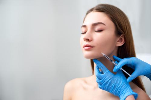 注射による施術中の女性