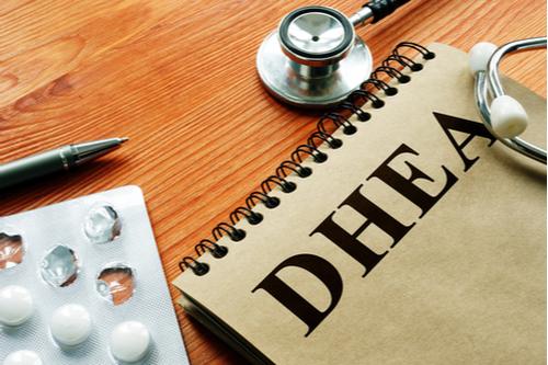 DHEAと書かれたノートやサプリや聴診器