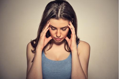 ストレスで頭をかかえる女性