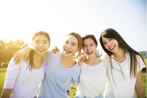 にこにこ笑う若い美しい女性のグループ